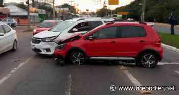 Colisão envolvendo carro da prefeitura deixa trânsito lento na Flores da Cunha - oreporter.net