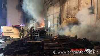 L'incendio di Fontanelle, sgomberate 23 famiglie: seconda notte di fiamme e fumo - Agrigento Notizie