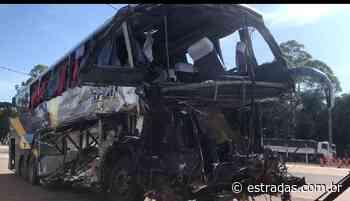 Ônibus bate em carreta e três morrem na BR-153, em Porangatu (GO) - Estradas