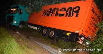 Unfall auf der A45: Lkw landet bei Herborn in der Böschung - Mittelhessen