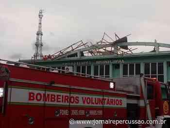 Confira fotos: Prefeitura de Nova Hartz ficou destelhada e Bombeiros Voluntários reduziram riscos - Jornal Repercussão