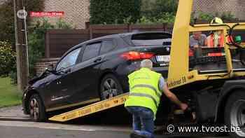 Sint-Gillis-Waas: Auto ramt geparkeerd voertuig en knalt tegen gevel - TV Oost