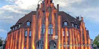 Nauen Rathaus wird rot angestrahlt - Märkische Allgemeine Zeitung
