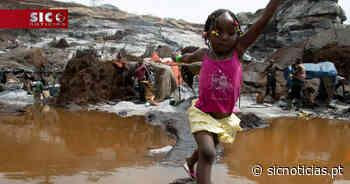 Umas crianças brincam, outras trabalham. As imagens numa pedreira do Burkina Faso - SIC Notícias