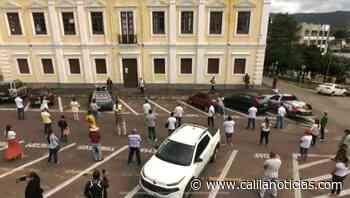 Comerciantes de Senhor do Bonfim protestaram em frente a Prefeitura por causa do fechamento do comércio - Calila Notícias