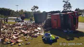 Caminhão tomba e deixa feridos em trevo de acesso a Pilar do Sul - G1