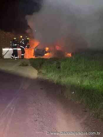 Carro pega fogo após colidir em mureta em Guaramirim - Diário da Jaraguá