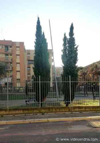 Andria: quel palo nel parco giochi di via Melegnano - VideoAndria.com