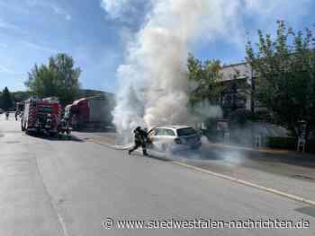 Fahrzeug-Brand mit Hilfe eines Gabelstaplers gelöscht   Hemer - Südwestfalen Nachrichten   Am Puls der Heimat.