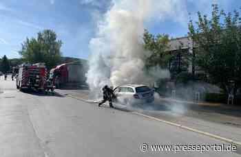 FW Hemer: Fahrzeugbrand mit Hilfe eines Gabelstaplers gelöscht - Presseportal.de