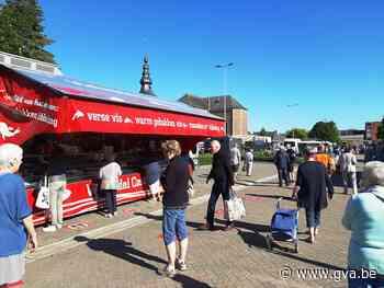 """Bezoekers en kramers Meerhoutse markt tevreden met nieuwe locatie: """"Nu de cafés nog heropenen"""" - Gazet van Antwerpen"""