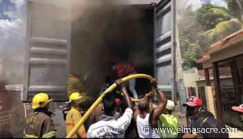 Furgón de mercancías se incendia en llamas en Dajabón - El Masacre