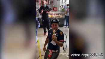 """Alex Zanardi, la tappa nella gelateria di Sinalunga: """"Mi avete fatto un regalo speciale"""" - La Repubblica"""
