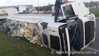 Caminhão carregado com cerveja tomba na BR-476, na Lapa - Bem Paraná