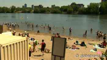 Montrealers flock to a closed Verdun beach amidst hot weather | Watch News Videos Online - Globalnews.ca