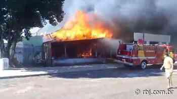 Oficina mecânica é destruída por incêndio em Coronel Vivida - RBJ