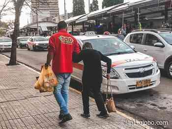Funcionário de mercado em Santana do Livramento leva cliente idosa até táxi no Uruguai - G1