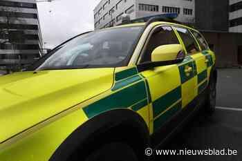 Vrachtwagen belandt in gracht, bestuurder overgebracht naar ziekenhuis