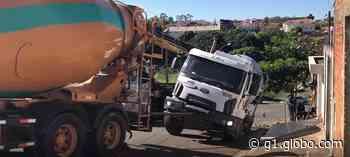 Caminhão betoneira fica preso após asfalto ceder em Artur Nogueira - G1