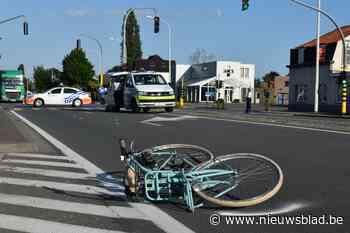 Overstekende fietsster (14) in kritieke toestand afgevoerd na aanrijding met wagen