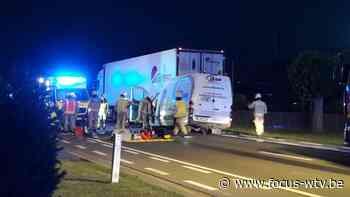 Bestelwagen rijdt in op vrachtwagen in Veurne - Focus en WTV
