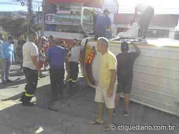 Ambulância da Secretaria de Saúde de Arraial do Cabo capota após colidir com outro veículo em Cabo Frio - Clique Diário