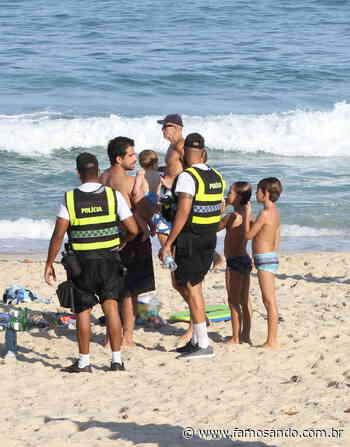 Bernardo Mesquita é alertado por policiais ao curtir praia lotada no Rio - Leonardo Franco