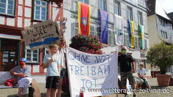 Freibäder in Butzbach bleiben zu: 100 Menschen bei Demo für Öffnung - Wetterauer Zeitung