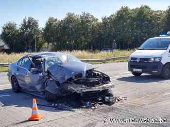 Man in BMW botst tegen vrachtwagen aan stoplichten