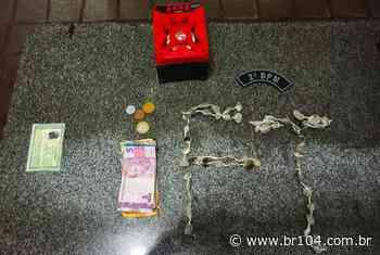 Jovem é preso com 49 bombinhas de maconha em União dos Palmares - BR 104