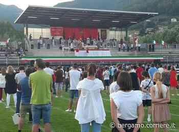 Nembro, le vittime del Covid ricordate una per una nella messa al centro sportivo - Corriere Bergamo - Corriere della Sera