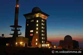 Rathaus und Brocken im roten Licht - Volksstimme
