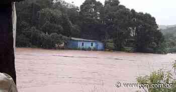 Após inundação, moradores deixam casas em Raposos - Estado de Minas
