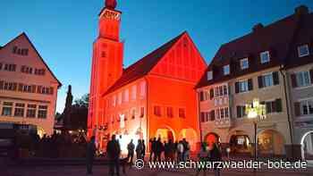 Freudenstadt: Rathaus strahlt in Rot - Freudenstadt - Schwarzwälder Bote