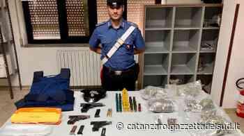 Isola di Capo Rizzuto, trovate armi, droga e un giubbotto antiproiettile in uno stabile disabitato - Gazzetta del Sud - Edizione Catanzaro, Crotone, Vibo