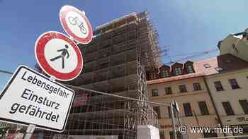Bernburg: Historischer Schmuckgiebel droht herabzustürzen - MDR
