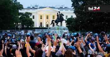 Polícia e manifestantes em confrontos junto à Casa Branca - TVI24