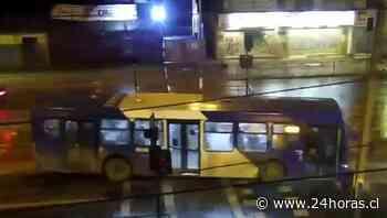 Chofer del Transantiago derriba semáforo y realiza arriesgada maniobra con pasajeros en La Pintana - 24Horas.cl
