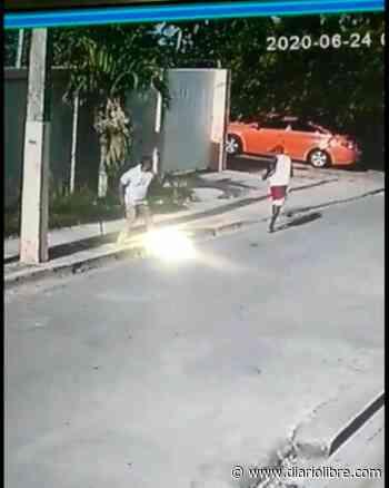 Video: Momento en que atacan a batazos a comunicador de Nagua - Diario Libre