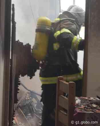 Bombeiros combatem incêndio em residência em Arapiraca, AL - G1