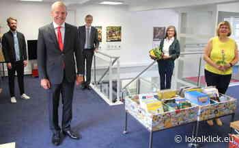 Sparkasse spendiert der Bibliothek Galerieschienen - Lokalklick.eu - Online-Zeitung Rhein-Ruhr