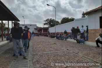 Conductores de Sanare madrugan por tickets para gasolina - La Prensa de Lara