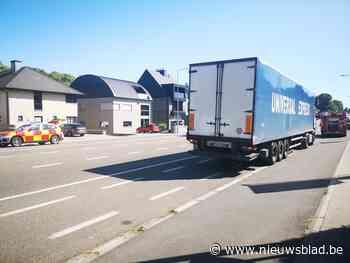 Vrachtwagen met remproblemen lijkt in brand te schieten - Het Nieuwsblad