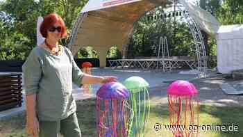 Kunst dazwischen: Ilse Dreher zeigt farbenfrohe Medusen-Installation vor der Parkterrasse - op-online.de