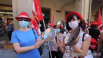Quattrocento addette a mense e pulizie protestano in piazza - Il Tirreno