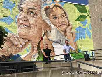 Jong en oud naast elkaar aan op muur tussen jeugddienst en woonzorcentrum