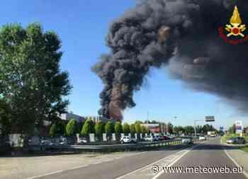 Incendio a Settimo Torinese in deposito di materie plastiche: colonna di fumo visibile a km di distanza [F ... - Meteo Web
