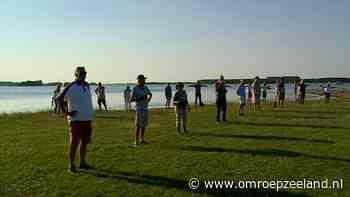 Demonstranten vormen lint tegen komst waterpark Veerse Meer - Omroep Zeeland