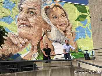 Jong en oud naast elkaar op muur tussen jeugddienst en woonzorcentrum - Gazet van Antwerpen