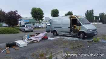 Bestelwagen in brand gestoken op parking Fournier
